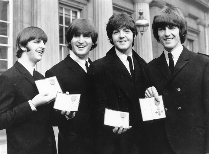 Los Beatles miembros de la Orden del Imperio Británico, en 1965. - AP / ARCHIVO